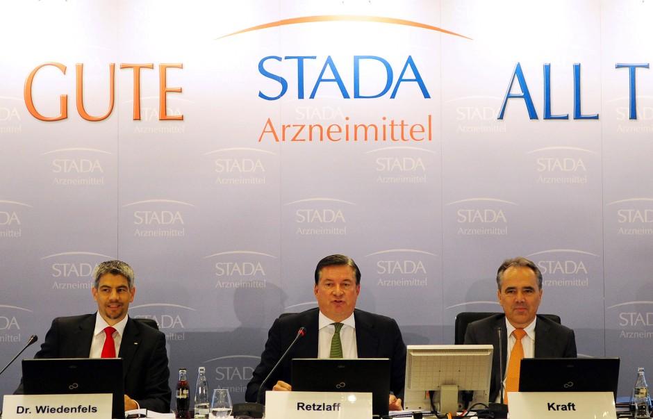 Im Zentrum der Vorwürfe: Der frühere Konzernchef Matthias Wiedenfels, der ehemalige Vorstandvorsitzende Hartmut Retzlaff und der damalige Finanzchef Helmut Kraft auf einer Pressekonferenz 2013.