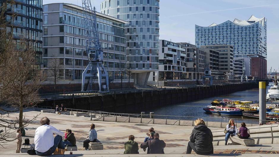Arbeitnehmer in der Mittagspause auf den Magellan-Terrassen in der Hamburger Hafencity