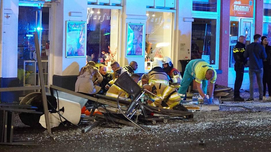 Einsatzkräfte vor dem Café im niederländischen Deventer