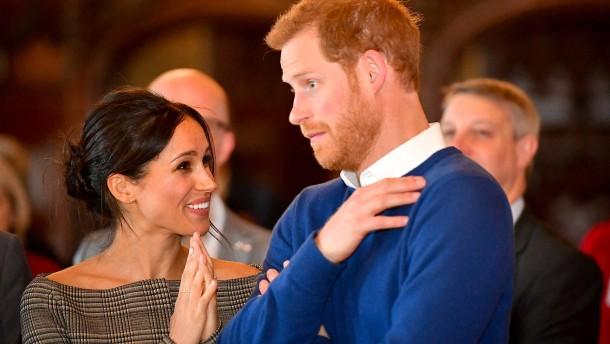 Prinz Harry und Meghan Markle begeistert in Wales empfangen