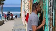 Von der Familie getrennt: David Castillo sieht am Grenzzaun von Tijuana zum ersten Mal nach acht Monaten Frau und Kinder wieder.