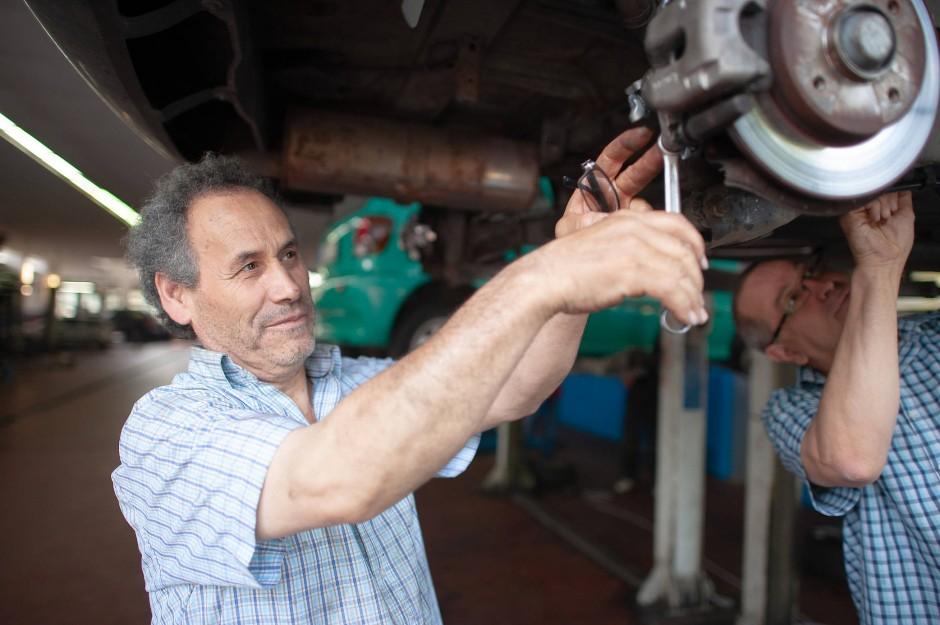 Freizeitmechaniker am Werkeln: Manche schrauben an ihrem Auto selbst, weil es ihnen Freude macht, so gut wie alle wollen dabei Geld sparen.
