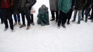 Flüchtlinge harren bei klirrender Kälte aus