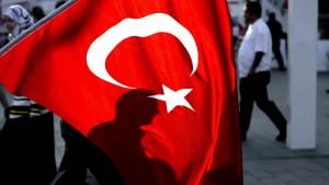 Türkischer Sportminister spricht in Köln zu 30.000 Erdogan-Fans