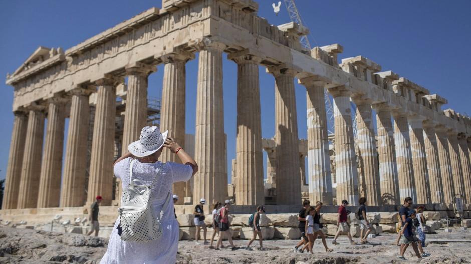 Eine Touristin macht Fotos vom Parthenon auf der Athener Akropolis. Der Tourismus bleibt eines der wirtschaftlichen Standbeine des Landes.