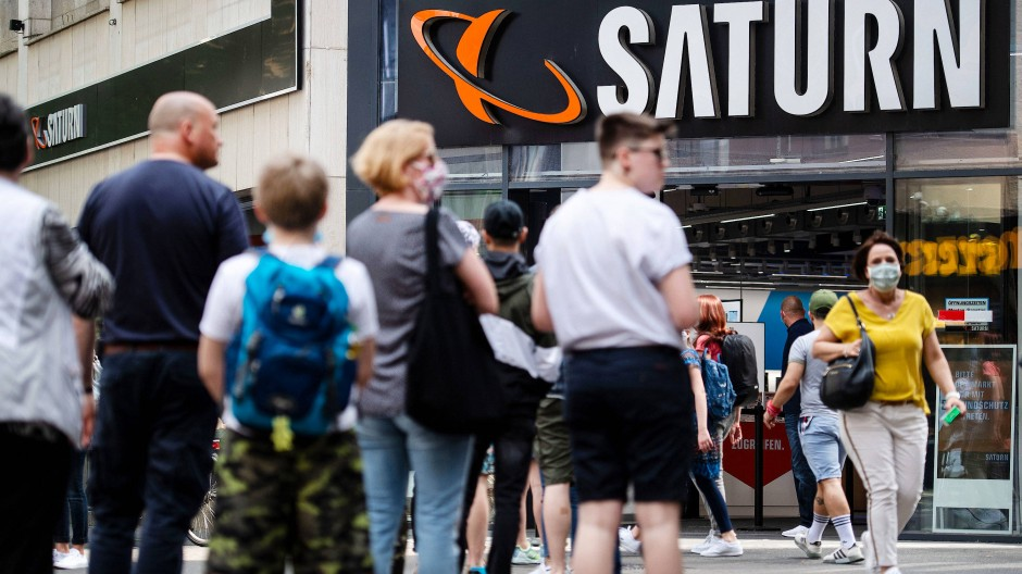 Im Mai: Menschen stehen in einer Warteschlange vor einer Filiale des Elektrohändlers Saturn an.