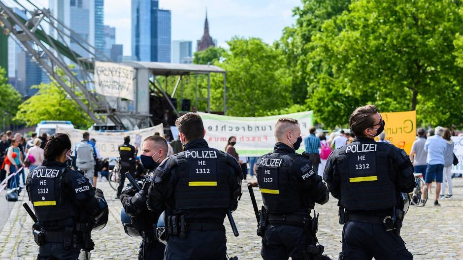 Unter polizeilicher Aufsicht: Demonstration gegen die Corona-Maßnahmen im Main in Frankfurt (Symbolbild)