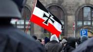 Neonazis vor dem Bahnhof Neustadt in Dresden
