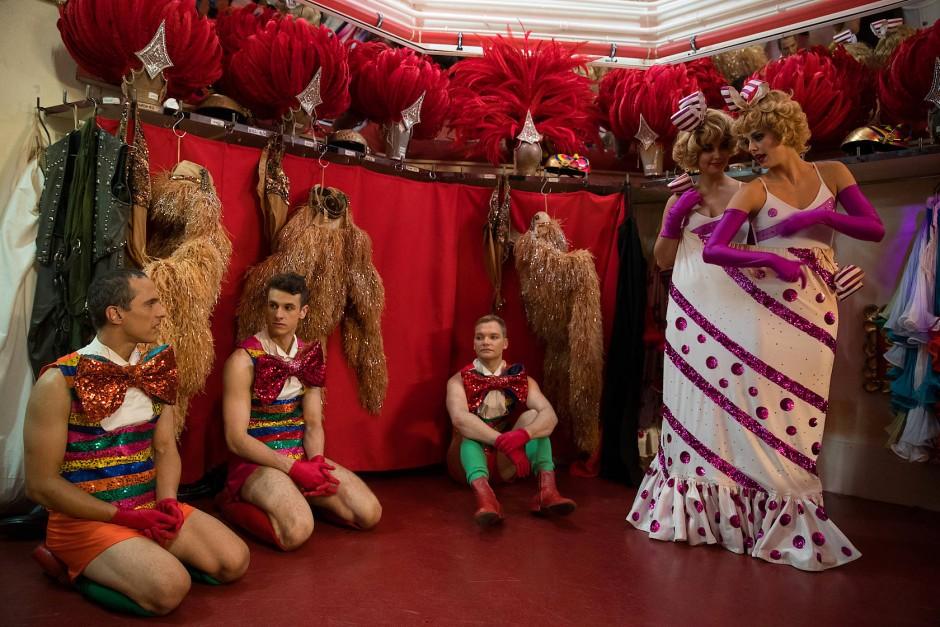 Im Backstage-Bereich warten die Tänzer Claudiu, Harry und Reece zusammen mit den Tänzerinnen Samantha und Claudine auf ihren nächsten Auftritt.