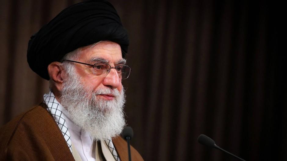 Ajatollah Ali Chamenei sorgte mit einer Fernseh-Ansprache und einem Tweet für scharfe Kritik.