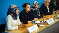 Enttäuscht von Politik und Behörden: Angehörige der NSU-Opfer und ihre Anwälte am Donnerstag in Berlin