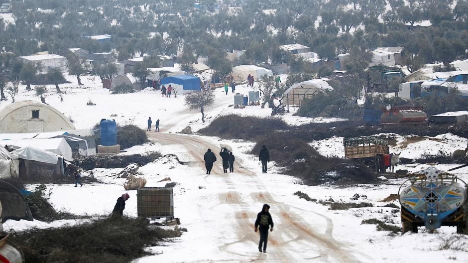 In verschneiter Landschaft haben Flüchtlinge in Azaz im Norden der syrischen Provinz Idlib Zelte aufgebaut.