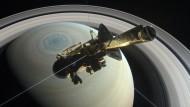 Cassini auf dem Sprung: Das seltsame Sechseck am Pol des Saturn ist keine Erfindung des Nasa-Grafikers, sondern ein reales Strömungsmuster unbekannten Ursprungs.