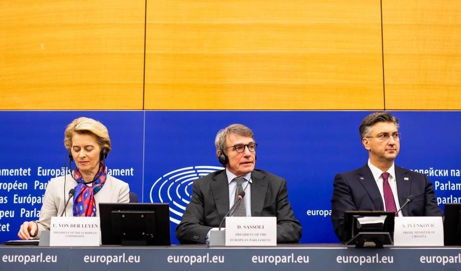 Von der Leyen trägt das Tuch, das Kroatien zum Antritt seiner EU-Ratspräsidentschaft verschenkt hat. Andrej Plenkovic (rechts) trägt die passende Krawatte.