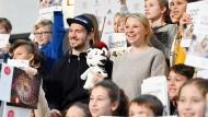 Skirennläufer Felix Neureuther (Mitte, l) und seine Frau Miriam Neureuther erklären Schulkindern den olympischen Gedanken.