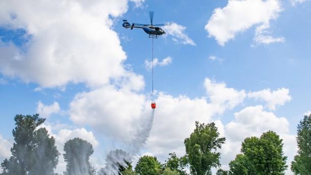 Polizeihubschrauber gegen Waldbrände