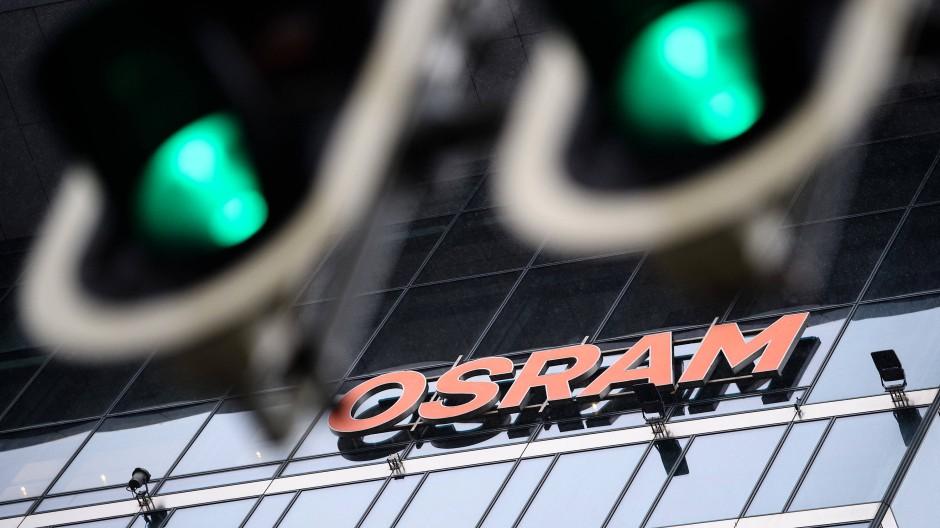 Zwei Ampeln zeigen vor der Zentrale des Unternehmens Osram grünes Licht.