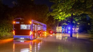 Unwetter setzt Straßen und Keller unter Wasser