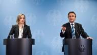 """Die Minister Schröder und Friedrich beim """"Spitzentreffen gegen Rechtsextremismus"""""""