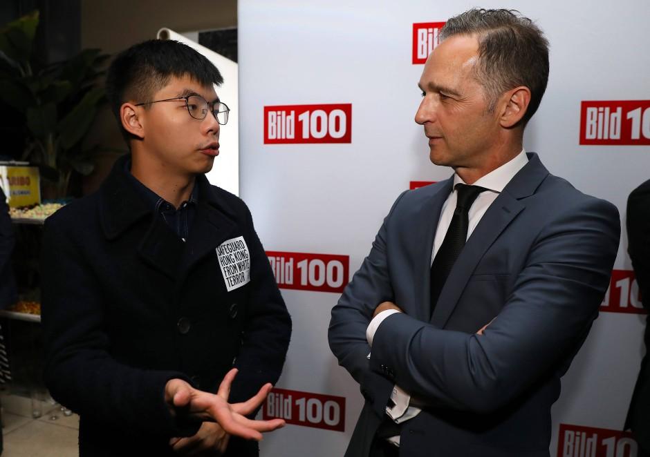 """Der Hongkonger Demokratie-Aktivist Joshua Wong spricht mit Bundesaußenminister Heiko Maas bei einer von der """"Bild""""-Zeitung organisierten Sommerparty in Berlin."""