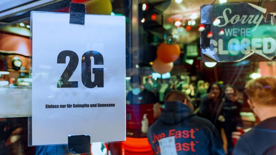 Im Fenster einer Hamburger Kiez-Kneipe hängt ein Zettel mit dem Hinweis auf die 2G-Regeln.