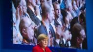 """Nur ein """"blöder Brief"""" stört das Bild: Angela Merkel in Wuppertal, hinter ihr die Basis"""