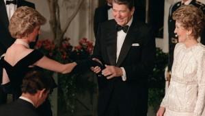 Lady Dianas berühmtes Samtkleid wird versteigert
