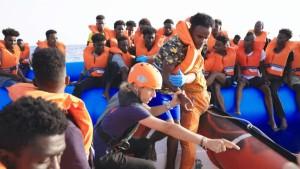 Rettungsschiff nimmt 65 Bootsflüchtlinge an Bord