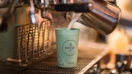 Heißer Kaffee im Mehrwegbecher