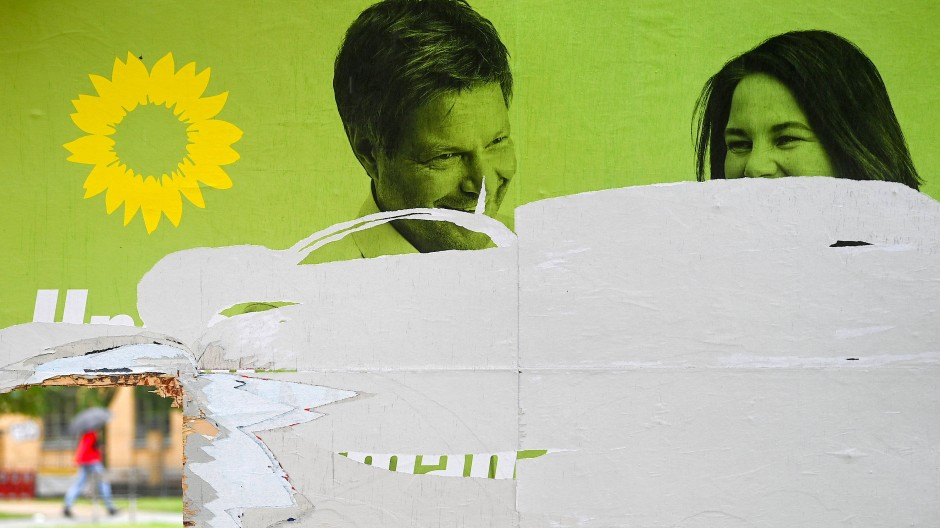 Zerstörtes Grünen-Wahlplakat in Leipzig