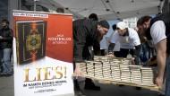 Im Visier des Verfassungsschutzes: radikal-islamische Salafisten bei einer Koranverteilung in Berlin im Jahr 2012