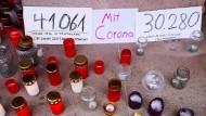 In Berlin erinnern Menschen am 11. Januar mit Schildern an die Corona-Toten.