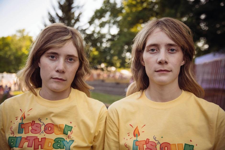 Zwillinge besuchen das Twins Days Festival im Glenn Chamberlin Park am 3. August 2019 in Twinsburg, Ohio.