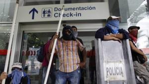 Demonstranten besetzen Flughafen von Acapulco