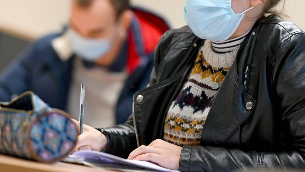 Karliczek für Ausweitung der Maskenpflicht an Schulen