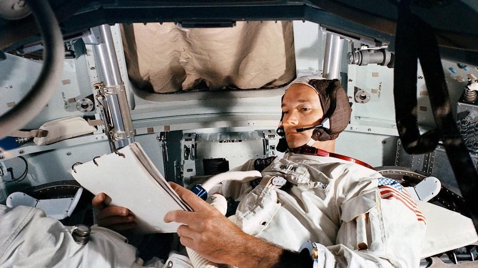 Allein aber nicht einsam: Michael Collins trainiert im Simulator die Steuerung des Kommandomoduls.