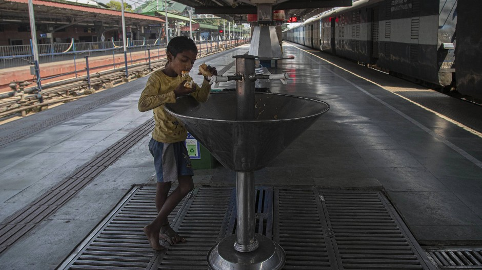 Ein leerer Bahnhof: Die Ausgangssperre trifft Straßenkinder in Indien besonders hart.
