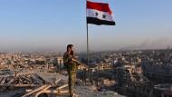 Ein Soldat der syrischen Regierungstruppen in Aleppo während der Offensive am vergangenen Montag
