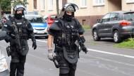 Großeinsatz: Einsatzkräfte der Polizei in der Kasseler Wohnsiedlung, in der Schüsse zu hören waren.
