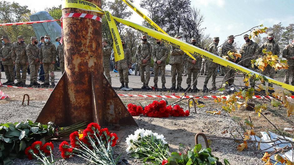 Ukrainische Soldaten gedenken an der Unfallstelle der 26 Toten.