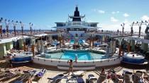 Sehnsuchtsort so manch wintergeplagter Deutscher: Sonnendeck eines luxuriösen Kreuzfahrtschiffs in karibischen Gewässern.