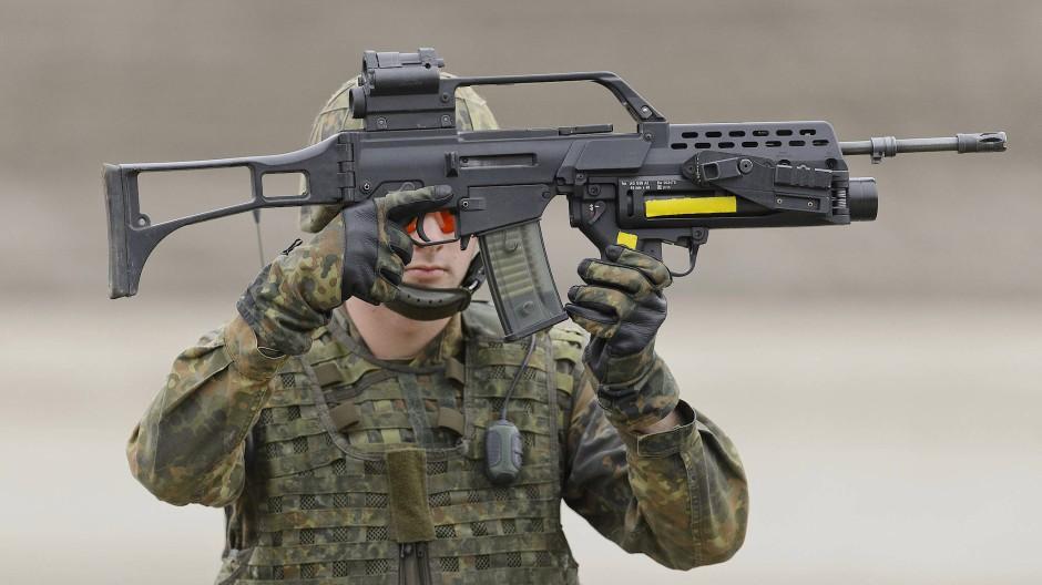 """Soldat mit G36 bei einer """"Informationslehrübung"""" in Munster im Jahr 2016"""