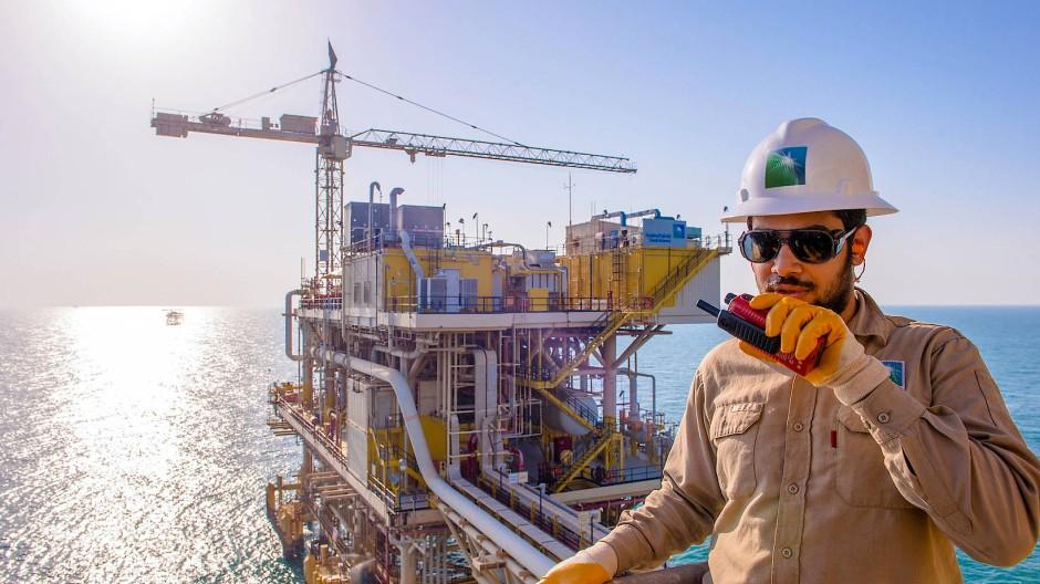 Ölförderung in Saudi-Arabien: Ein Mitarbeiter von Saudi Aramco spricht in ein Funkgerät.