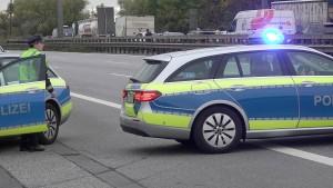 Mann soll aus fahrendem Lastwagen auf Autobahn gestürzt sein