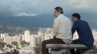 """Von oben sieht das soziale Gefälle von Caracas gar nicht so steil aus: Alfredo Castro und Luis Silva in """"Caracas, eine Liebe"""" von Lorenzo Vigas."""