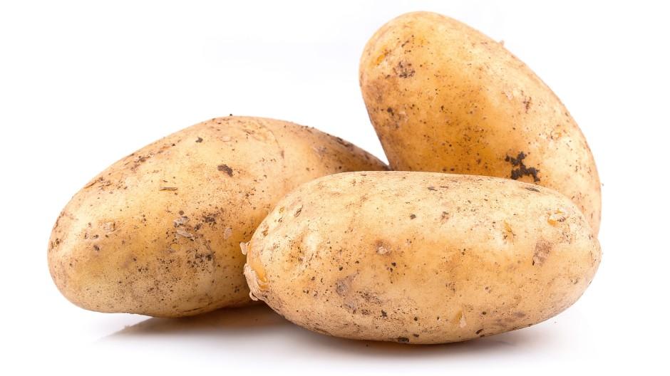 Mit Schale: Am besten bleibt die Kartoffel, so wie sie ist, und kocht erst einmal in ziemlich salzigem Wasser vor sich hin.