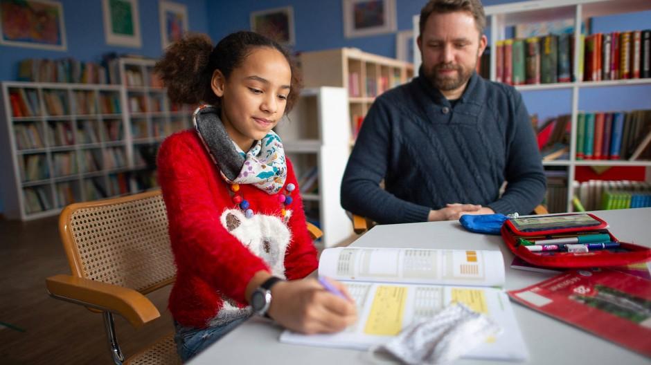 Entscheidet selbst, was sie wann lernt: Amelie mit ihrem Vater Martin Lacroix in der Bibliothek der Sophie-Scholl-Schule.