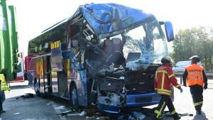 Eine Tote und 31 Verletzte bei Unfall mit Reisebus