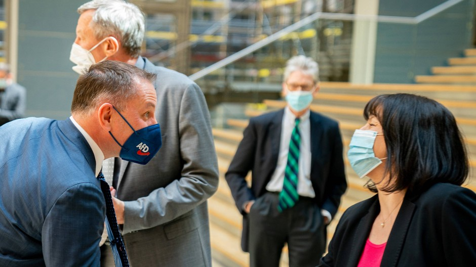 Der AfD-Vorsitzende Tino Chrupalla gibt Joanna Cotar am 5. Mai die Hand – links im Hintergrund ist Joachim Wundrak zu sehen.