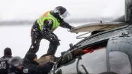 Friedrich erschüttert über Hubschrauber-Absturz